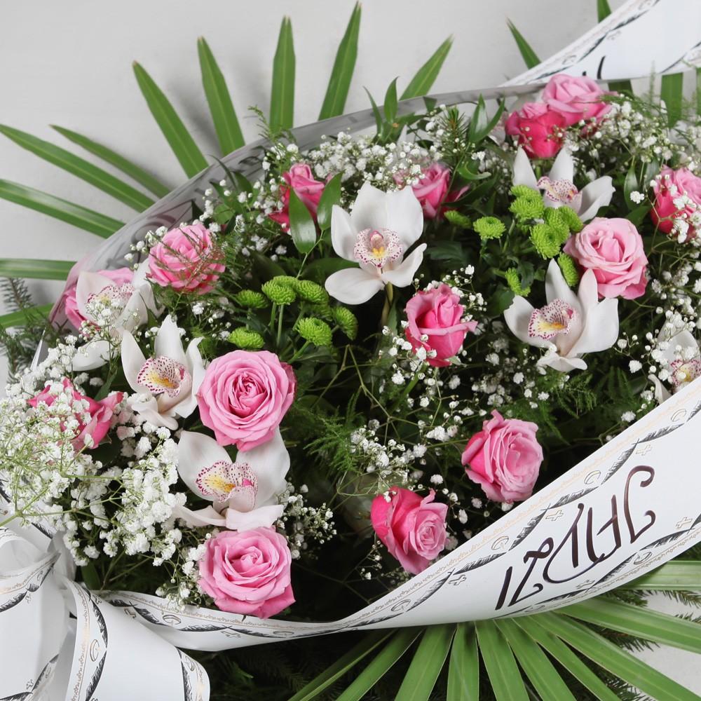 Wiązanka pogrzebowa z różowych róż i białych storczyków