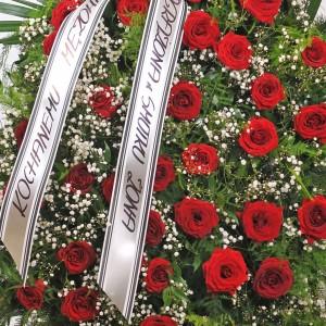 Wieniec pogrzebowy stojący z żywych z bordowych róż