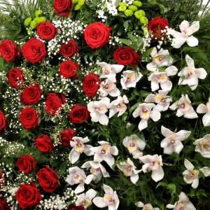 Bardzo duży wieniec pogrzebowy z róż i storczyków