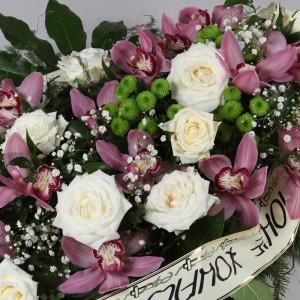 Wiązanka pogrzebowa z białych róż i storczyków