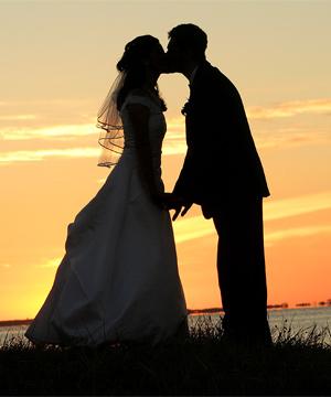 Młoda para o zachodzie słońca